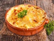 Рецепта Голямо гювече с кренвирши, картофено пюре, гъби, сирене и кашкавал